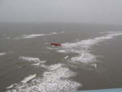 У берегов Сахалина перевернулся плашкоут: пропали 4 человека