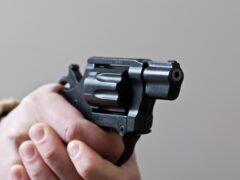 В Лампово разбойник с пистолетом ограбил магазин