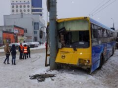 Автобус врезался в опору ЛЭП в Ижевске, пострадали 11 пассажиров