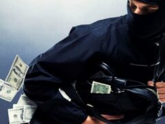 Двое кемеровчан похитили из банкомата 1,5 миллиона рублей