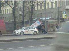 Рекламный щит упал на женщину на Измайловском проспекте в Петербурге