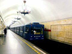 Петербург: На станции метро «Нарвская» пассажира пырнули ножом в спину