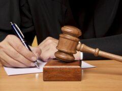 Разгромившего топором иномарку приговорили к штрафу в 15 тысяч рублей