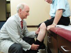 Ученые: Пожилые люди чаще всего падают из-за проблем с коленями