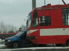 В Петербурге на улице Руставели трамвай протащил Renault по путям