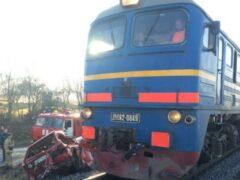 В Калининградской области поезд смял машину, два человека погибли