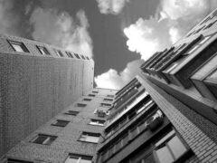 В Саратове женщина упала из окна 9-го этажа, пока муж спал