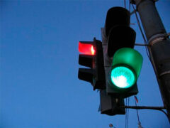 ДТП в Кемерове: В столкновении «ВАЗа» с Toyota пострадал светофор