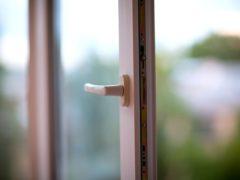 В Медногорске женщина с двухмесячной девочкой выпрыгнула из окна