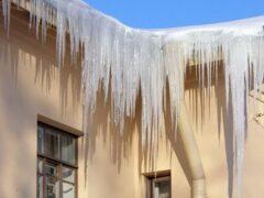 Глыба льда упала на голову женщине в Твери