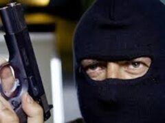 В Екатеринбурге мужчина в балаклаве ограбил салон «Евросеть»