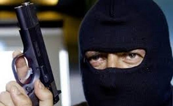 ВЕкатеринбурге мужчина спистолетом ограбил салон «Евросеть»