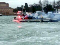 Водометы применила полиция в Венеции против активистов на лодках