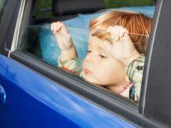 В Петербурге эвакуировали автомобиль с маленьким ребенком в салоне