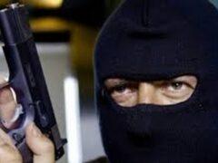 В поселке Прогресс мужчина в маске и с пистолетом ограбил магазин