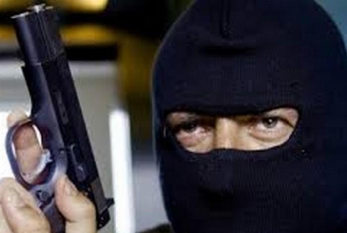 грабитель маска пистолет