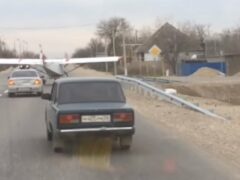 Ставропольцы опубликовали видео севшего на проезжую часть самолета