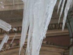 Глыба льда упала на женщину с ребенком в Подмосковье