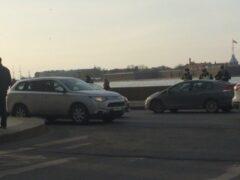 Volkswagen Polo сбил двух пешеходов на Дворцовой набережной в Петербурге