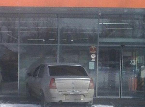 машина врезалась в магазин