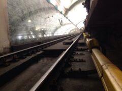 В московском метро во время драки пассажира сбросили на рельсы