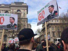 В Лондоне тысячи демонстрантов требуют отставки Кэмерона