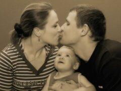 Ученые призывают родителей целоваться при детях