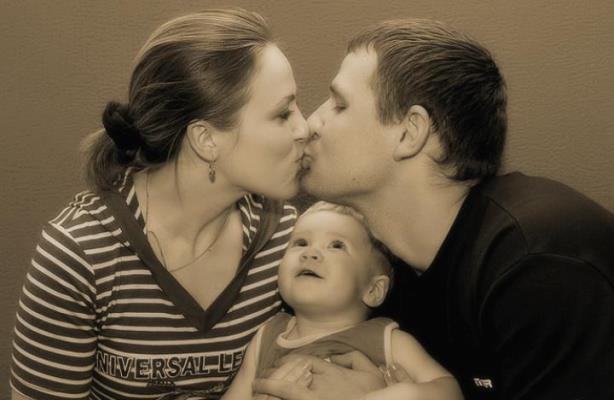 Психологи: Родители должны целоваться при детях
