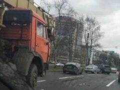 В Петербурге пьяный водитель крана протаранил пять машин на Непокоренных