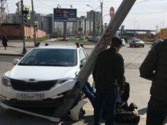 Петербург: На Ильюшина водитель потерял сознание и авто врезалось в столб