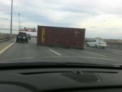 Движение на внешнем кольце петербургской КАД остановилось из-за упавшего контейнера