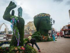 Возмутившую москвичей «зеленую голову» уберут с Пушкинской площади
