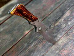 В Азове пьяный мужчина три раза ударил ножом в живот свою собутыльницу
