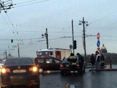 В Петербурге на Дворцовом мосту столкнулись Mercedes и «Лада»