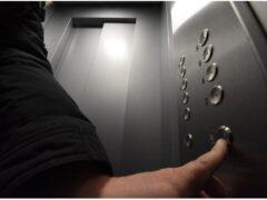 В Красноярском крае пьяный мужчина умер в застрявшем лифте