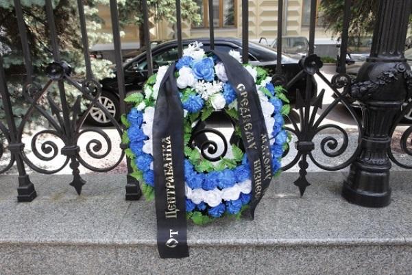 Партия Роста провела символическую акцию спогребальными венками