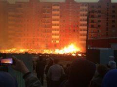 В Иркутске во время непогоды загорелась строящаяся парковка