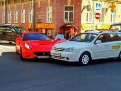 В Петербурге девушка на красном Ferrari врезалась в такси