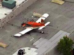 В Калифорнии легкомоторный самолет пробил носом крышу здания