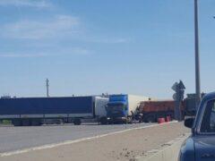 Петербург: На Московском шоссе столкнулись три грузовика и маршрутка