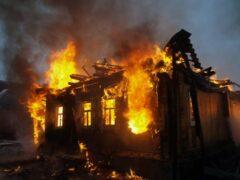 В уральском поселке сгорел дом обвиняемой в массовых убийствах женщины