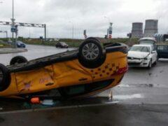 На юге Петербурга перевернулось такси, пострадала девушка