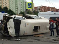 Петербург: Микроавтобус прилег на бок на Вербной улице