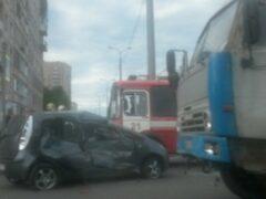 Петербург: На Луначарского КамАЗ столкнулся с легковым автомобилем