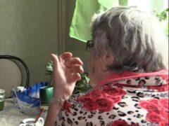 В Петербурге внучка пыталась задушить 80-летнюю бабушку