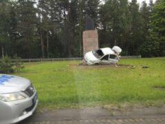 На Приморском шоссе иномарка влетела в монумент