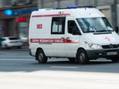 Внедорожник на севере Москвы сбил женщину с двухлетним ребенком