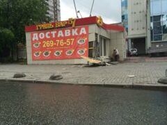 В Екатеринбурге девушка за рулем снесла киоск и скрылась с места ДТП