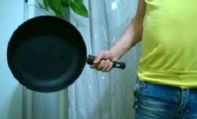 убил сковородкой