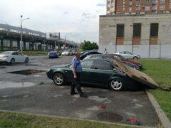 Петербург: Выбитая струей воды крышка люка упала на машину на Савушкина